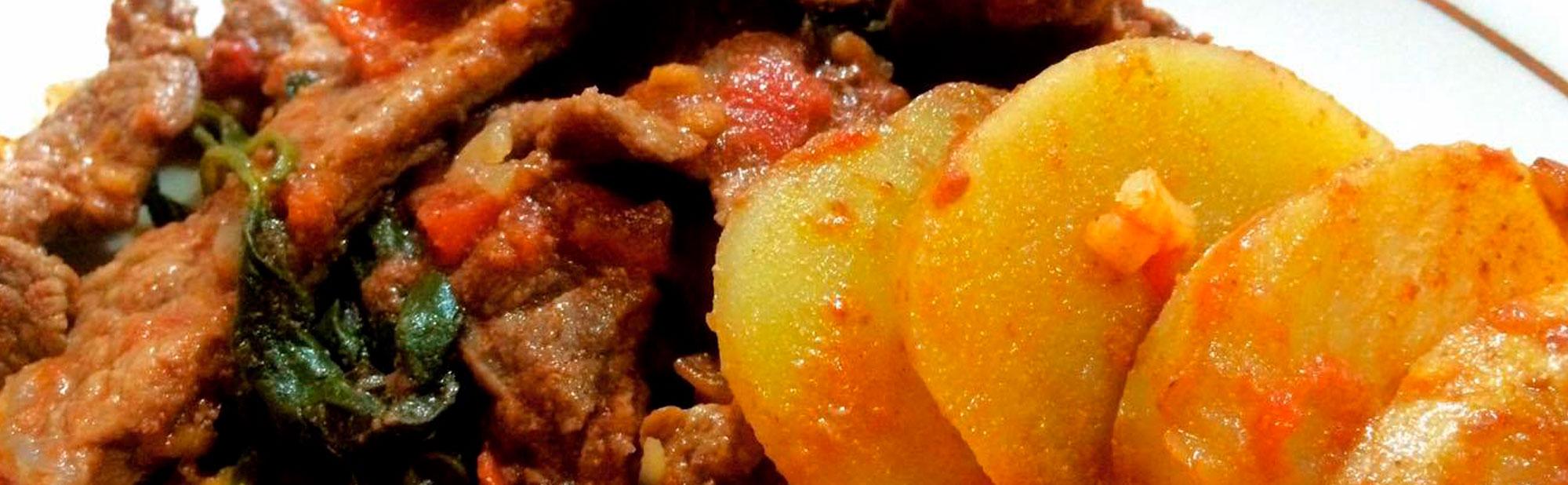 La Antojadera | Costillas de puerco con nopales en chile rojo