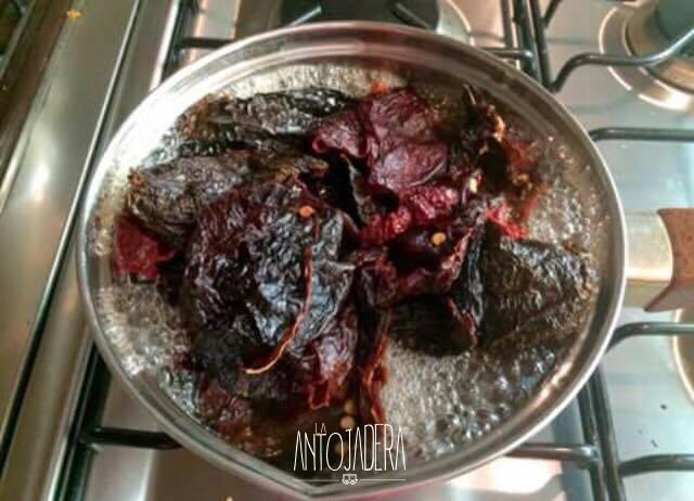 La Antojadera | Tortitas de Espinacas con Queso en Salsa de Chile Ancho