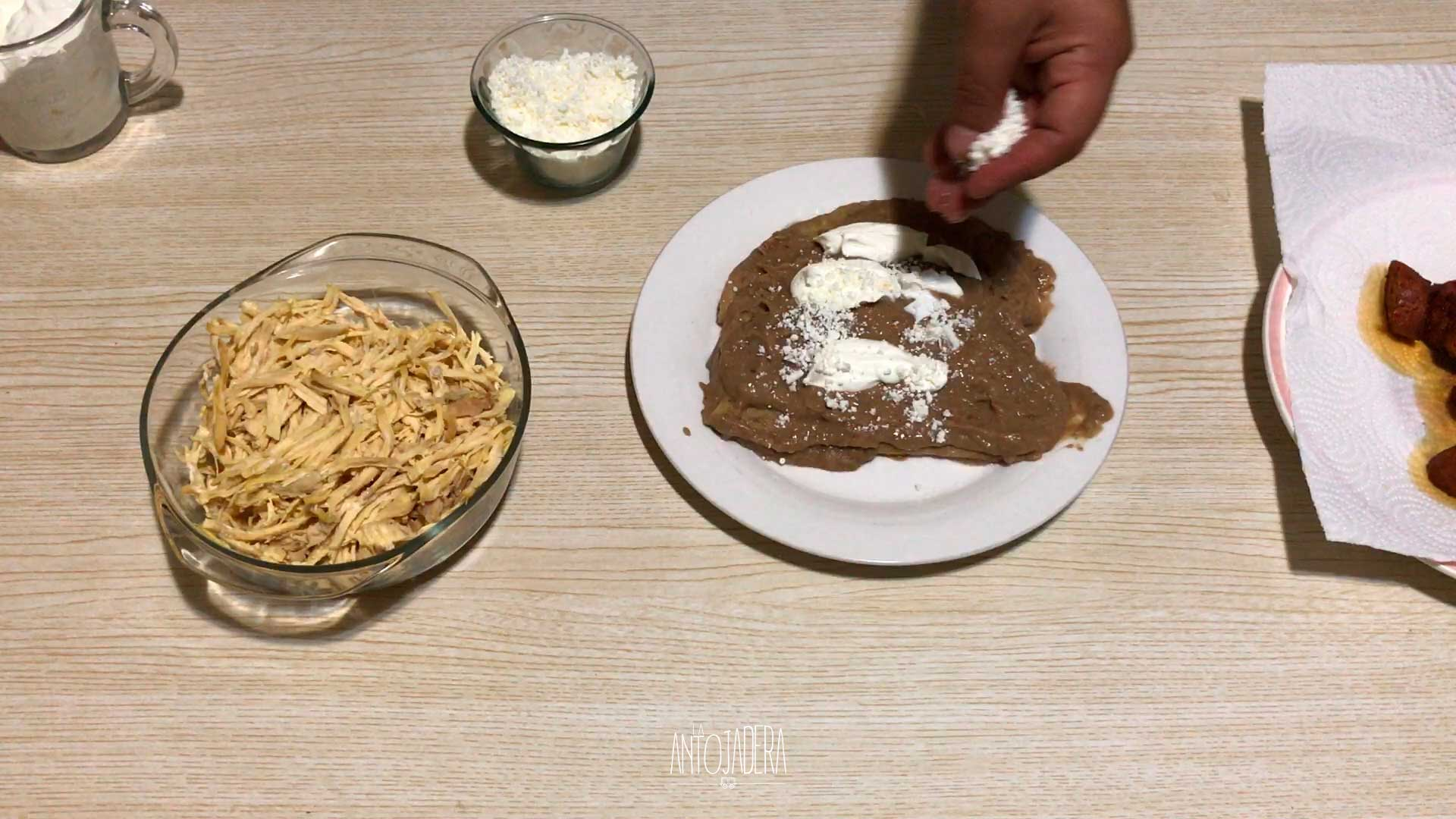 La Antojadera | Enfrijoladas con Chorizo