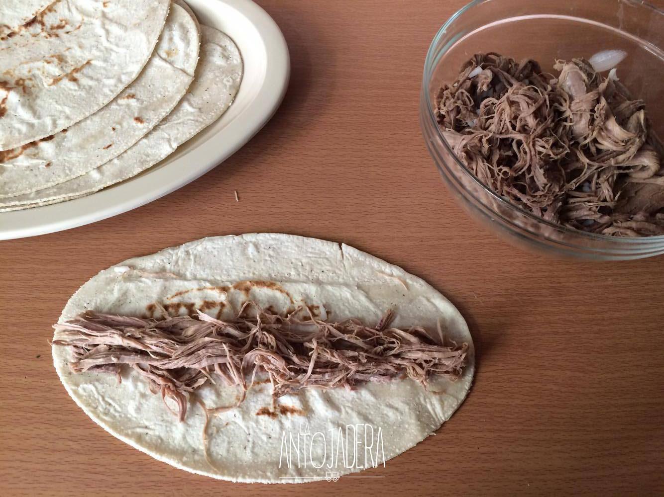 La Antojadera | Flautas de Carne Deshebrada de Res y Consomé