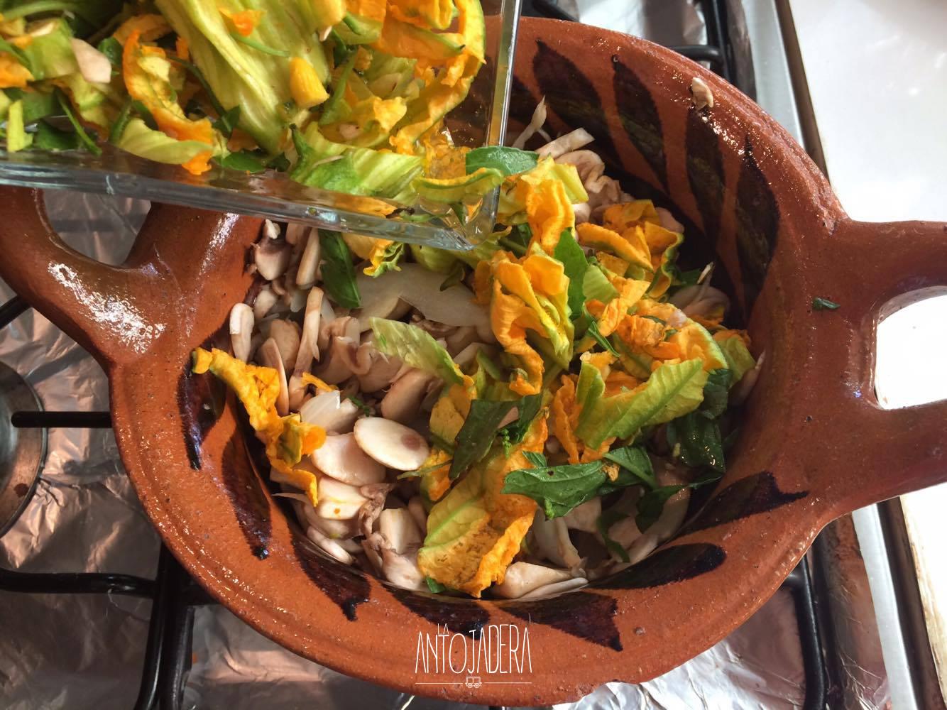La Antojadera | Champiñones con Flor de Calabaza al Vapor con Queso